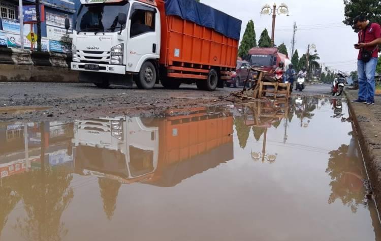 Akibat Jalan Rusak, Saat Hujan Muncul Kolam Dadakan di Jalan Muara Bulian Batanghari