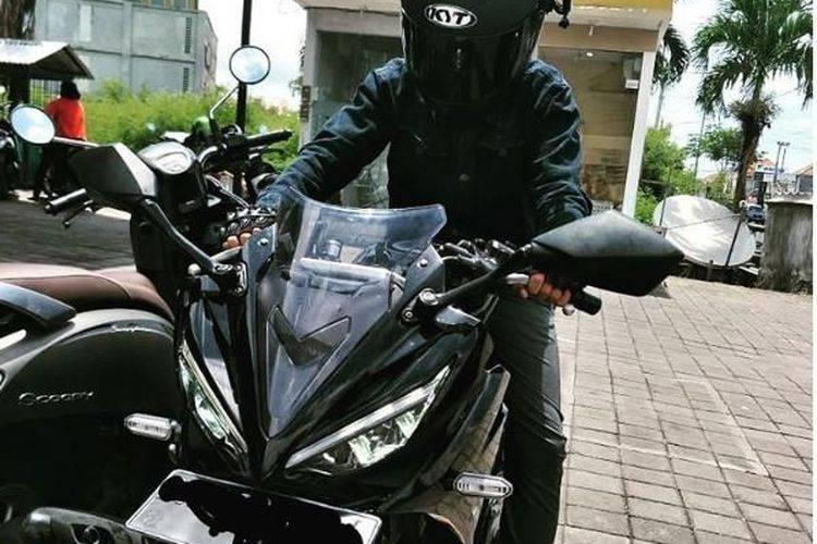 Heboh Pemotor di Bali Ugal-ugalan Pukuli Spion Mobil