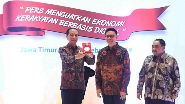 Yosep Beri Medali Kemerdekaan Pers ke Jokowi