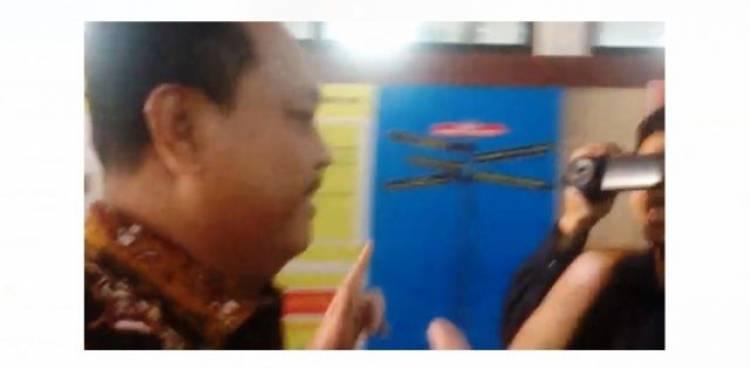 Diperiksa KPK, Ketua DPRD Asal Demokrat Ini Acungkan Dua Jari Khas Prabowo-Sandi