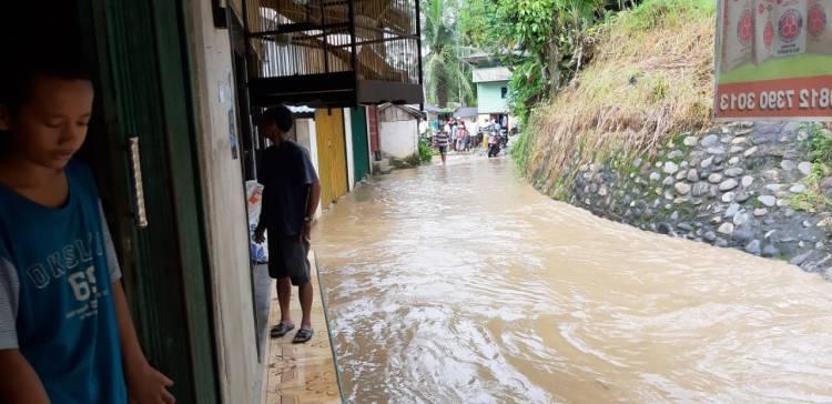 Hujan Lebat Rumah dan Sawah di Batangasai Sarolangun Terendam Banjir