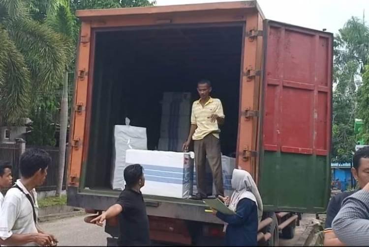 Horee Disdik Bagi-bagi 130 Komputer ke Sekolah