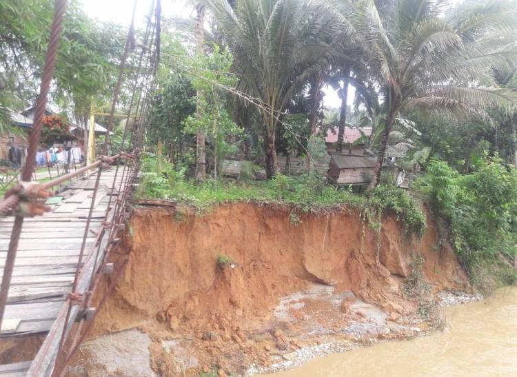 Pasca Banjir, Tebing Sungai Ambrol Rumah Warga Merangin Terancam Hanyut