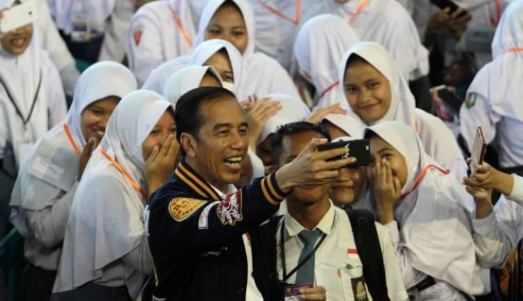 Jokowi Sebut Gunakan Kartu Prakerja, Lulusan SMK Bisa Ikut Training Masuk Industri dan Dikasih Honor