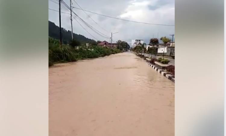 Diguyur Hujan Deras, Jalan di Sungaipenuh Berubah Wujud jadi Sungai