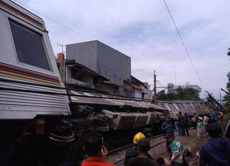 Ini Penyebab KRL Tujuan Stasiun Bogor Terguling