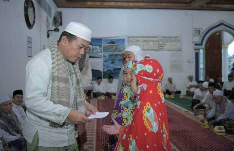 Gerakan Subuh, Bupati Berikan Santunan Anak Yatim Piatu di Masjid Al Muhajirin