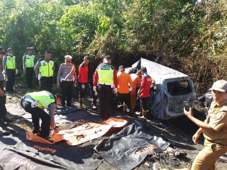 BREAKING NEWS!! Tabrakan Maut Truck VS Avanza, Empat Orang Tewas Terbakar