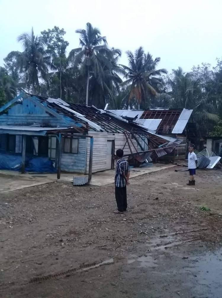 Angin Puting Beliung Hantam Desa Sari Mulya, Belasan Rumah Rusak Berat