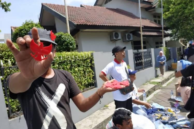 Beruntung, Pedagang Aksesoris Raup Keuntungan di Kampanye Terakhir Prabowo-Sandi