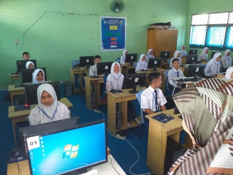 Tinjau Pelaksanaan USBN Tingkat SMP, Bupati Masnah: Jangan Coret-coret