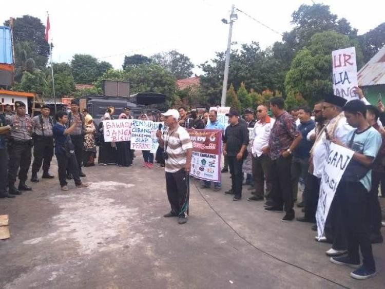 Dihadapan Pendemo, Ketua Bawaslu Jambi: Jika Ada yang Tak Netral Laporkan