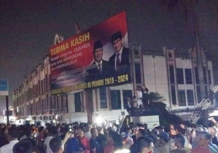 Heboh, Massa Tolak Satpol PP Turunkan Baliho Klaim Kemenangan Prabowo-Sandi
