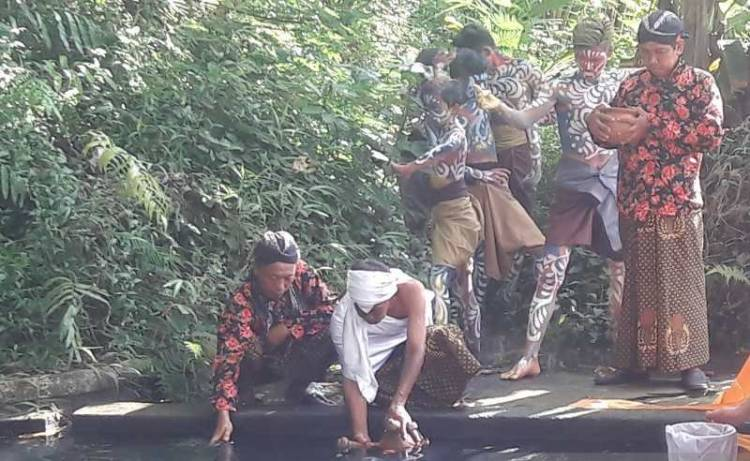 """Bajong Banyu"" Tradisi Perang Air Sambut Ramadhan"
