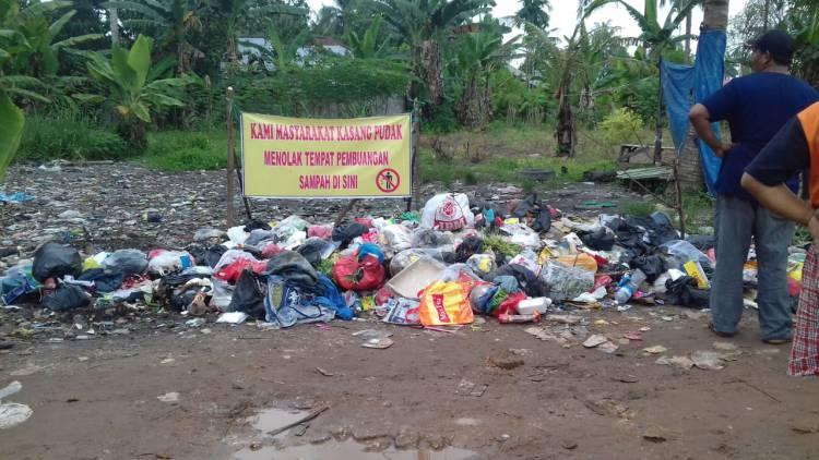 Warga Kasangpudak Gerah Sampah Menumpuk dan Berserakan