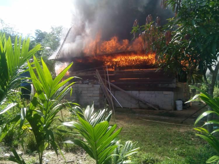Ditinggal Pergi, Rumah Warga Batang Asai Sarolangun Terbakar Tak Bersisa