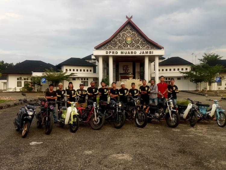 Waka DPRD Muaro Jambi Bersama Club Motor Son Of Srigati Bagi-bagi Takjil