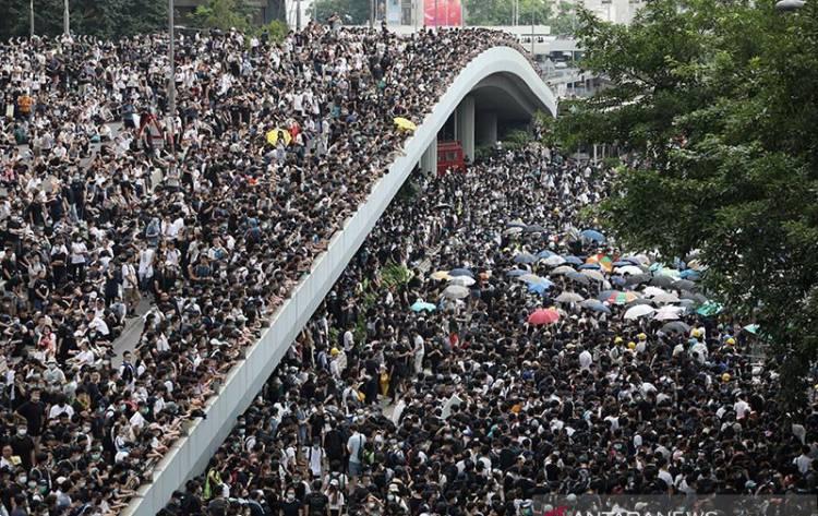 Unjuk Rasa Ribuan Orang Lumpuhkan Hong Kong