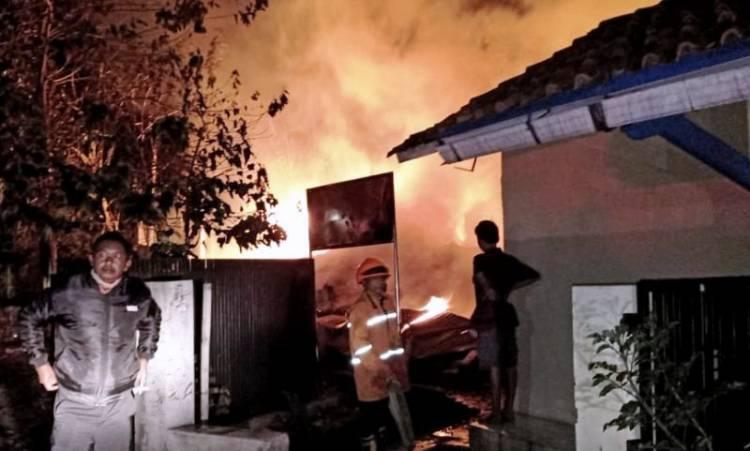 Gudang Terbakar Hebat Tewaskan Satu Orang di Cisaranten, Bandung