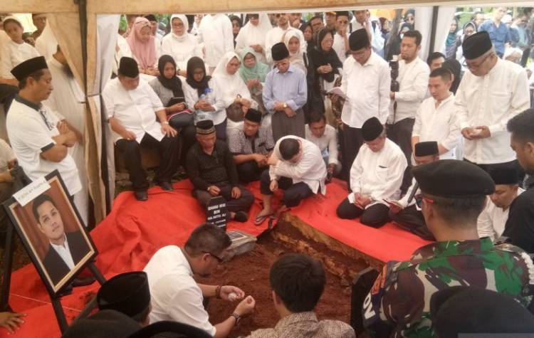 Isak Tangis Keluarga Ketua MA, Saat Irfan Dimakamkan di TPU Karet Bivak