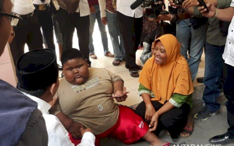 Begini Cara Wabup Karawang Bujuk Bocah Obesitas Agar Mau Diperiksa