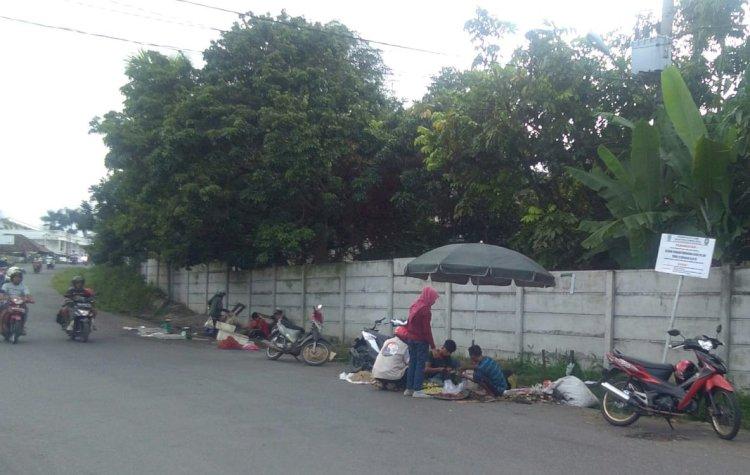 Pedagang Kucing-kucingan Satpol PP Berjualan di Tepi Jalan Pasar, Ini Alasannya...