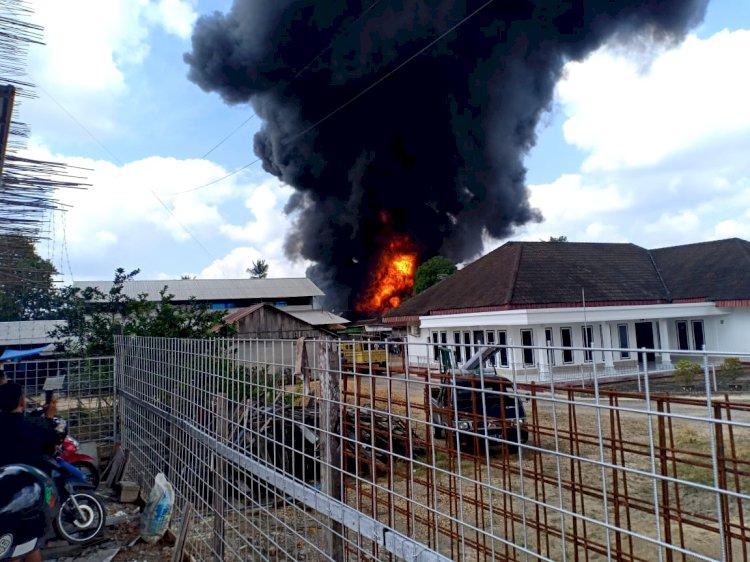 BREAKING NEWS!! Kebakaran Hanguskan Diduga Gudang Minyak di Sijinjang