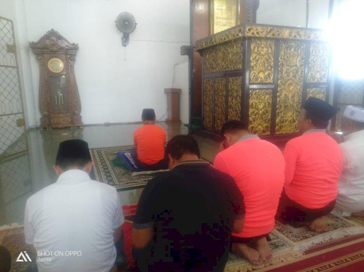 Salat Zuhur Berjamaah Al Haris Imam, Tiga Bupati Makmum