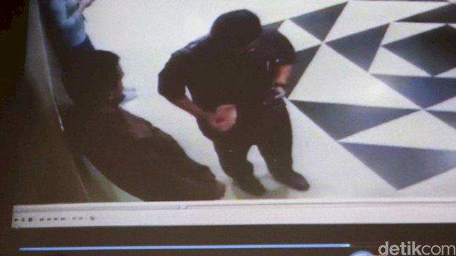 Duh Bukti CCTV Pengawal KPK Terima Duit dari Idrus Marham