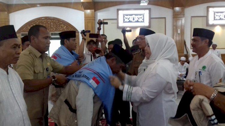 Lepas Keberangkatan 185 CJH Muarojambi, Masnah: Jaga Kesehatan dan kekompakan