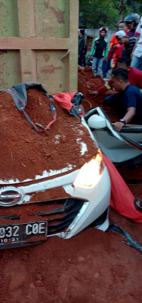 Truk Pengangkut Tanah Timpa Mobil di Tangerang