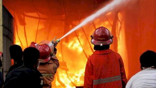 Kebakaran Landa Sebuah Pabrik di Matraman