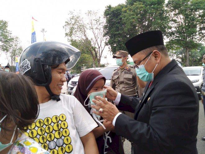 Pemkot Jambi Bagi-bagi Masker ke Pengguna Jalan