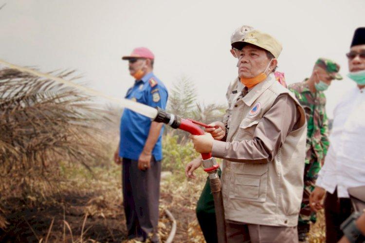 Apresiasi Tim Satgas Karhutla, Gubernur Jambi Turut Padamkan Kebakaran Lahan