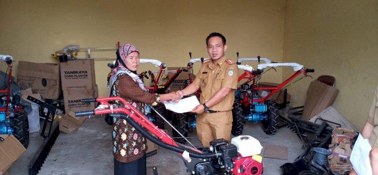 Gunakan Bantuan APBN, Dinas Pertanian Salurkan Bantuan ke Petani