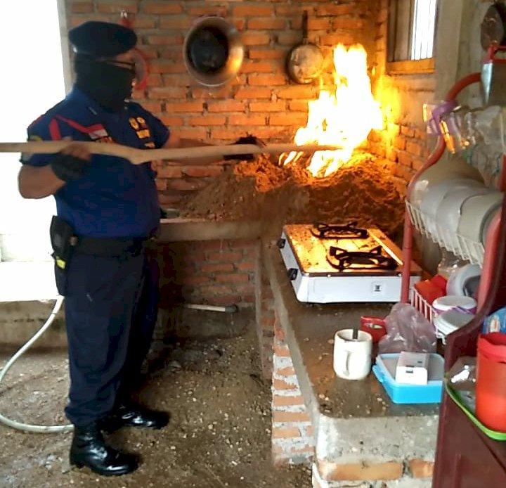 Pemilik Rumah Panik, Begini Aksi Danpos Damkar Bungo Padamkan Api