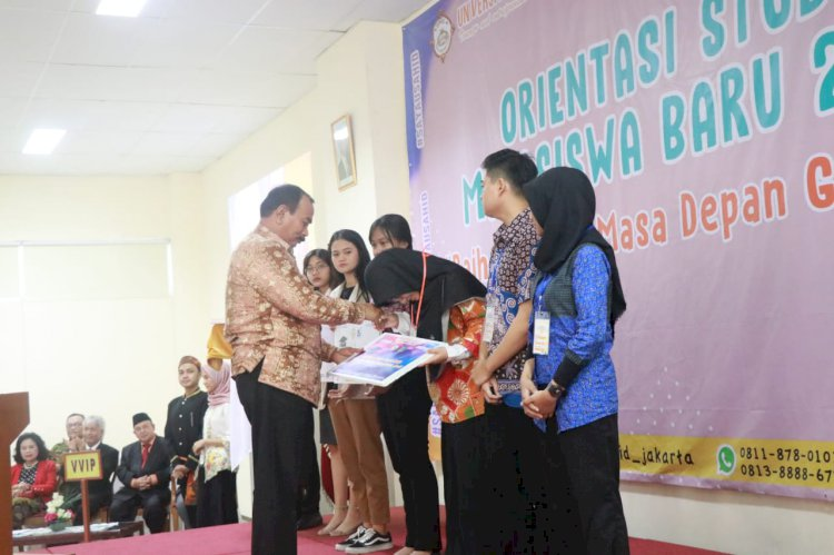 H Amir Sakib Beri Beasiswa Anjani Mahasiswi Universitas Sahid Jakarta