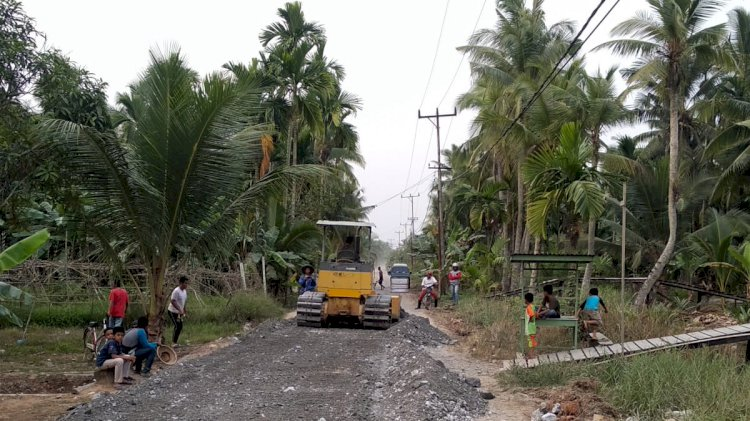 Iring-iringan Truk Material Proyek Jalan Teluk Sialang Dikeluhkan Warga