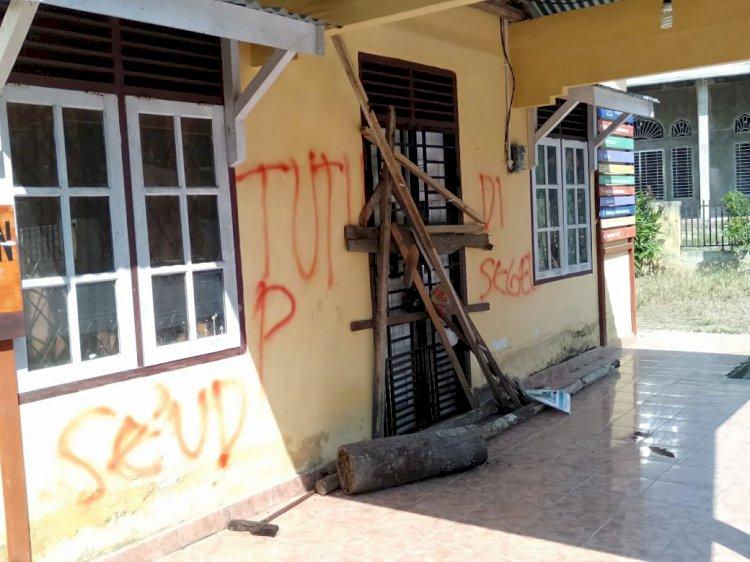 Tuntut Denda Adat Kasus Asusila Kades, Ratusan Pemuda Segel Kantor Desa Titian Teras