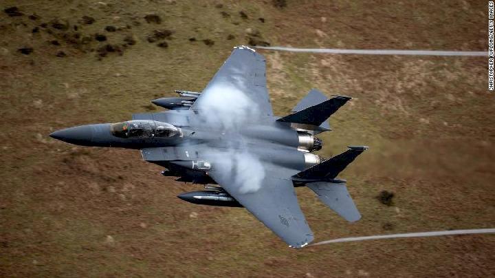 Dua Penerjun Payung Nyaris Ditabrak Pesawat Tempur F-15