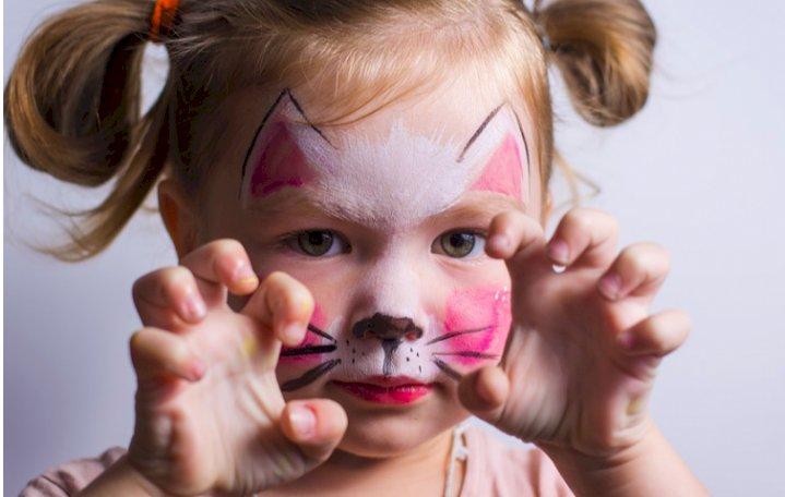 Bahaya Biarkan Anak Pakai Make Up Terlalu Dini