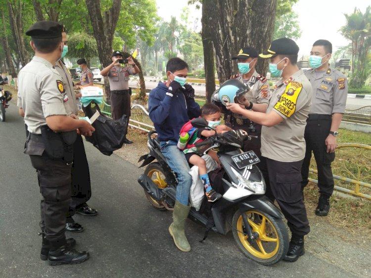 Khawatir ISPA, Kapolres Merangin Bagikan Ribuan Masker ke Pengendara