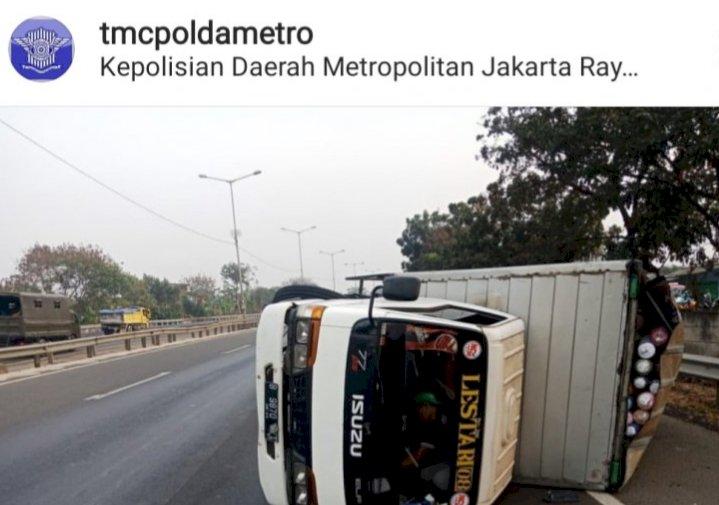 Truk Terguling di Jalan Tol, Taksi Tabrak Pembatas Jalan