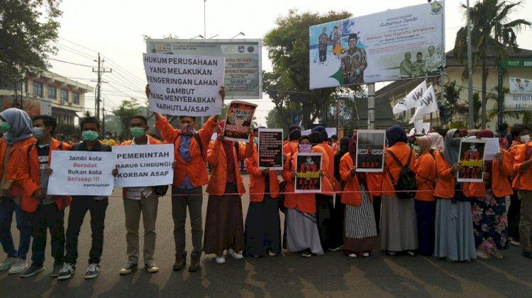 Ratusan Mahasiswa Jambi Desak Gubernur Cabut Izin Perusahaan Pembakar Hutan