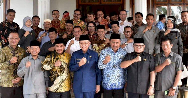 Dihadapan 35 Anggota DPRD, Cek Endra Curhat Soal Paripurna yang Sering Molor