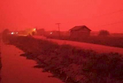Kumpeh Diselimuti Langit Merah, Ini Penyebabnya...
