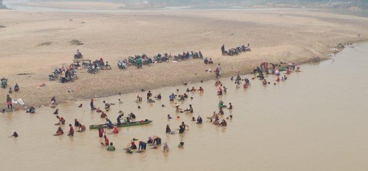 Warga Sarolangun Beramai Mendulang Emas di Pinggir Sungai Tembesi