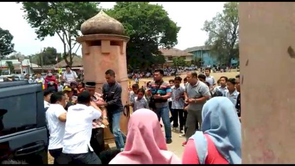 Wiranto Ditusuk Samping Kiri Mobil oleh Pria Bercelana Pendek