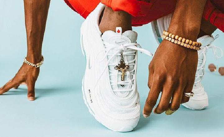 Jesus Shoes, Sepatu Nike Berisi Air Suci Laku Cepat!