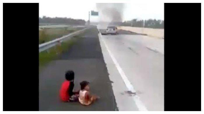 Viral Dua Anak Ini Menangis Menatap Sedan Terbakar & Kedua Orang Tua Tewas